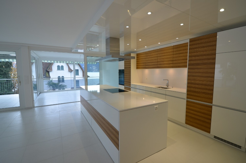 Aa wohnküche mit kochinsel kombination zebranoholz mit weiss hochglanz