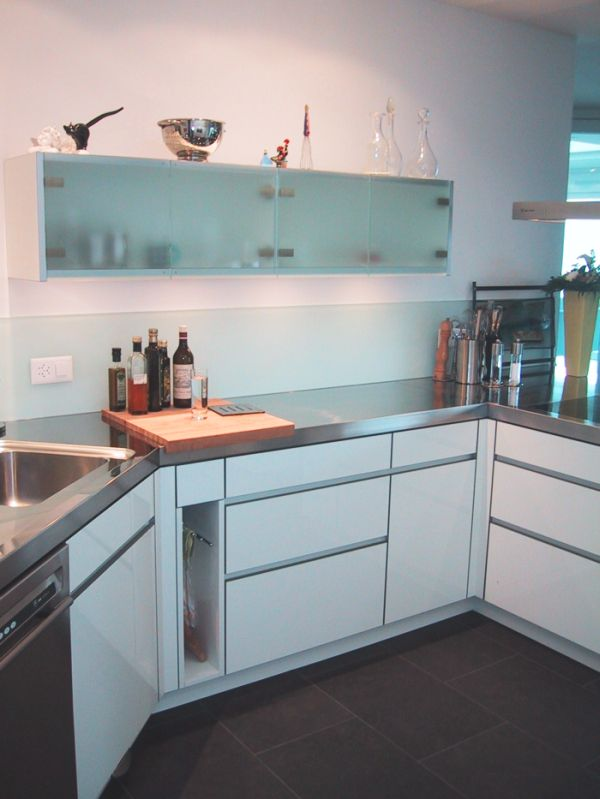 chromstahlabdeckung weiss hochglanz fronten mit alukanten. Black Bedroom Furniture Sets. Home Design Ideas